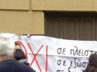 Φωτογραφία για Πάτρα: Μπλόκαραν και πάλι πλειστηριασμούς - Συμβολαιογράφος προσπάθησε... κρυφά να μπει στο Ειρηνοδικείο