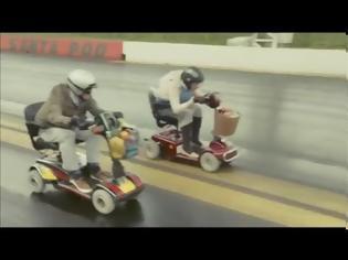 Φωτογραφία για VIDEO: 75χρονος και 83χρονη κάνουν κόντρες με σκούτερ!