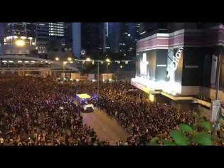Φωτογραφία για Χονγκ Κονγκ: Ασθενοφόρο διασχίζει διαδήλωση σε… δευτερόλεπτα!