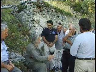 Φωτογραφία για Ο Γέροντας Θεόκλητος Διονυσιάτης (†) συνομιλεί με προσκυνητές έξω από το κελλί του (4 βίντεο)