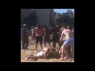 Φωτογραφία για Απίστευτο βίντεο:Άγριο ξύλο σε παραλία της Βαρκελώνης - Ανάμεσα σε οικογένειες και παιδιά... (Video)