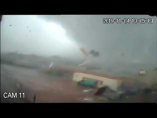 Φωτογραφία για Καλαμάτα: Η στιγμή που ανεμοστρόβιλος χτυπά εργοστάσιο (+video)