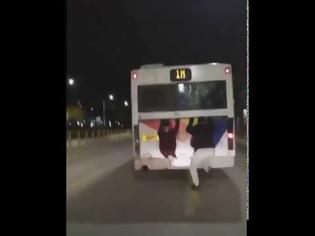 Φωτογραφία για Νεαροί κρεμάστηκαν σε λεωφορείο του ΟΑΣΘ ..εν κινήσει (+video)