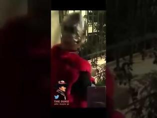 Φωτογραφία για Επίθεση σε αστυνομικό στην ΑΣΟΕΕ - Τράβηξε το όπλο του για εκφοβισμό (video)