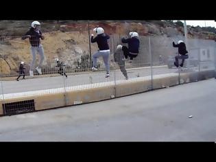 Φωτογραφία για Ντροπή! Τα έσπασαν όλα φεύγοντας από τη Χίο άνδρες των ΜΑΤ – ΒΙΝΤΕΟ