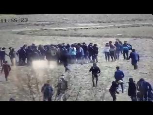 Φωτογραφία για Έβρος, βίντεο-σοκ: Οι Τούρκοι προσπαθούν να γκρεμίσουν τον φράχτη με τεθωρακισμένο! evros-border-0 07/03/2020, 20:17 128 ΣΧΕΤΙΚΑ ΑΡΘΡΑ Evros_Ref Μεταναστευτικό: Οργιάζει η προπαγάνδα στα σύνορα - Βάζουν τους μετανάστες να φωνάζουν «ζήτω η Τουρκία» (βίντεο) 07/03/2020, 18:30 evros-video-0 Βίντεο ντοκ