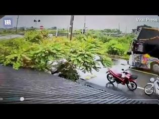 Φωτογραφία για βίντεο Ταϊλάνδη: Η στιγμή που τρένο παρασύρει λεωφορείο - 18 οι νεκροί
