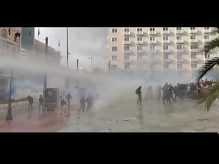 Φωτογραφία για ΕΤΣΙ ΓΙΑ ΤΟ ΕΘΙΜΟ...Επεισόδια Πολυτεχνείο...Στα Προπύλαια oi «αύρες» της αστυνομίας