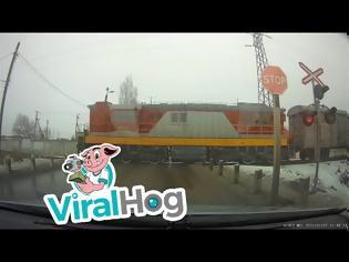 Φωτογραφία για Είδε το τρένο να έρχεται, αλλά αποφάσισε να περάσει! Βίντεο!