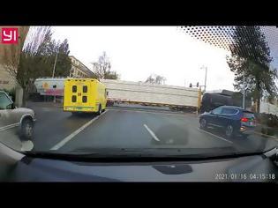 Φωτογραφία για Τρένο εναντίον φορτηγού. Βίντεο.